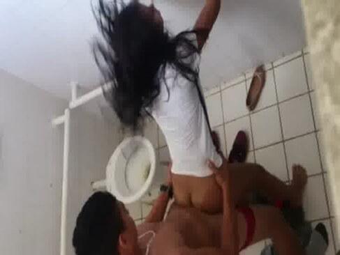 Menina transando no banheiro da escola